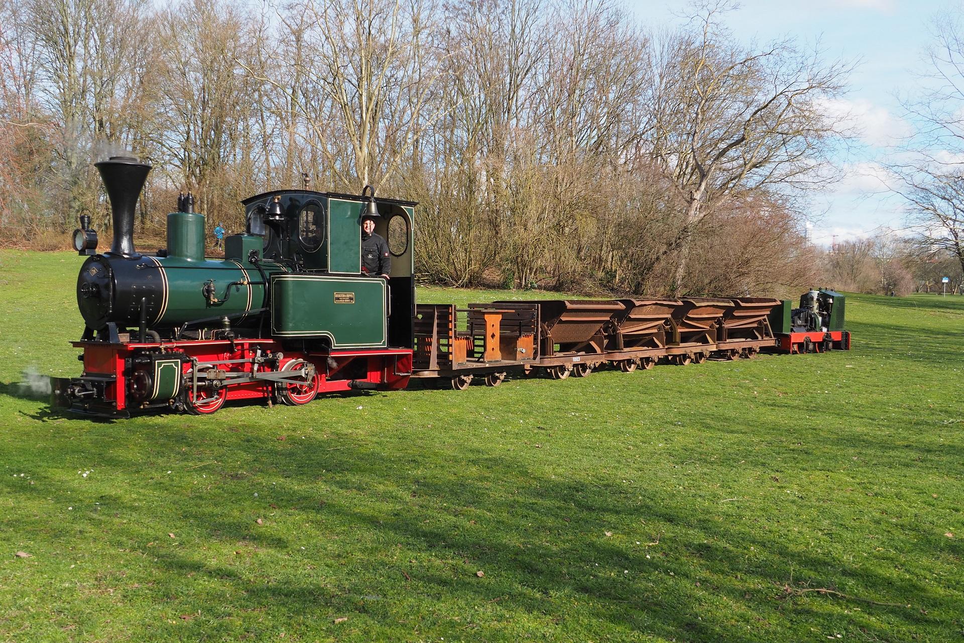 Lok 18 und D12 läuten den Wendezugverkehr auf der Feldbahn ein