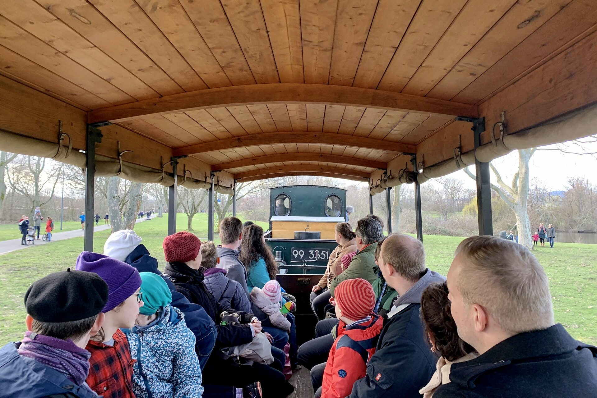 Der halboffene Kolonialwagen ist bei unseren Fahrgästen wegen seiner guten Rundumsicht sehr beliebt