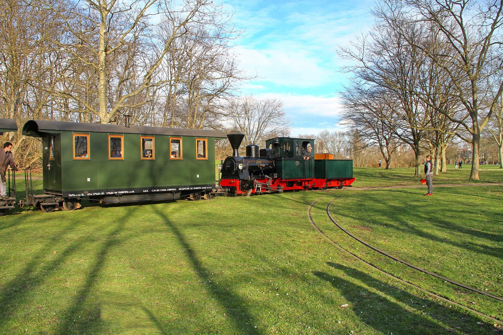 Lok 14 zieht mit ihrem Zug am Gleisdreick vorbei