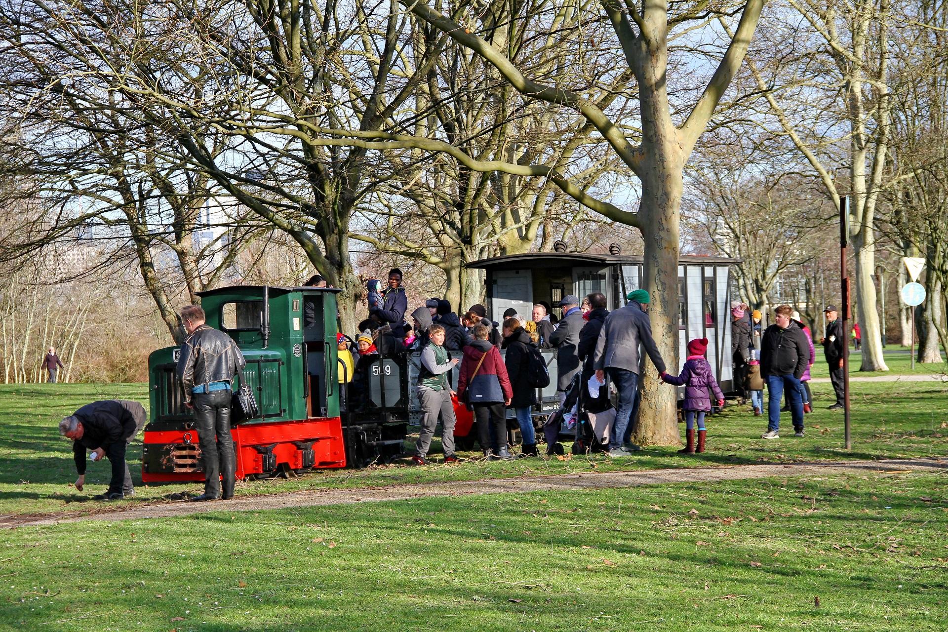 Auch bei Betriebshalten werden unsere Züge im Rebstockpark oft neugierig umlagert